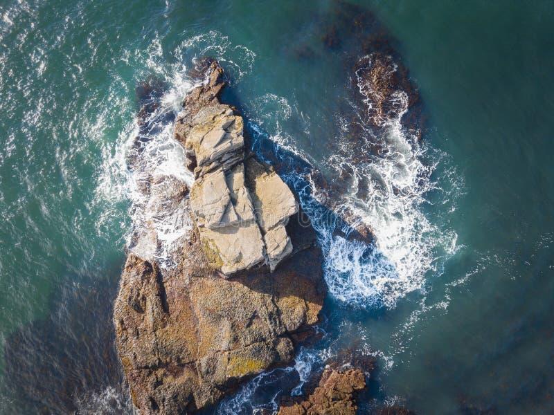 Cubra abaixo da vista de uma ilha da rocha no parque nacional do Acadia foto de stock royalty free