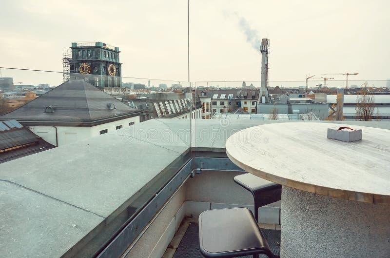 Cubra el café superior en la zona urbana de la ciudad con el tubo de la fábrica y otras estructuras foto de archivo libre de regalías