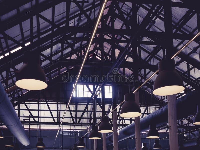 Cubra el diseño interior del desván de la estructura de acero con la iluminación imagenes de archivo