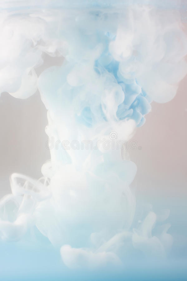 Cubra a roda na água, nuvem da tinta na água imagens de stock royalty free