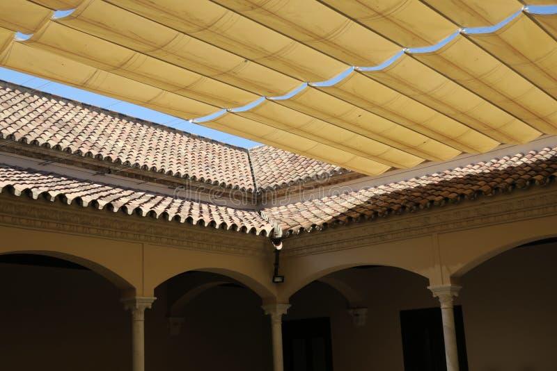 Cubra y tejó el tejado en el patio de un edificio en Málaga España foto de archivo libre de regalías