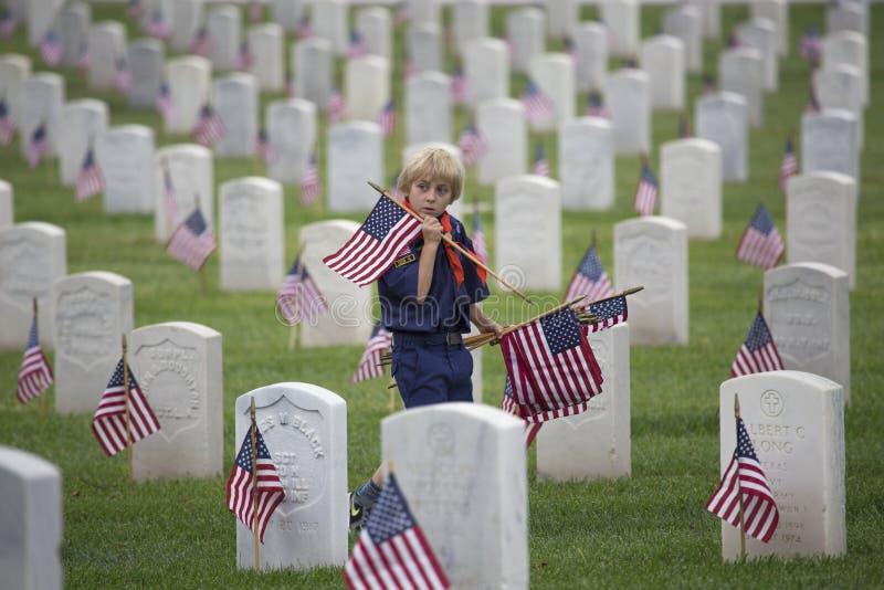 Cubscout place l'un de 85, 000 drapeaux des USA à l'événement 2014 de Memorial Day, cimetière national de Los Angeles, la Califor image libre de droits