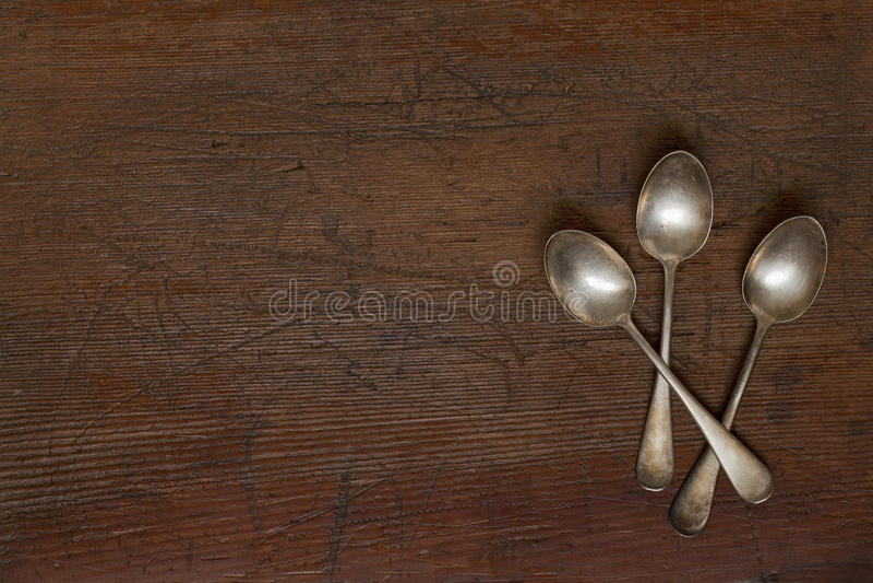 Cucchiai d'argento dell'annata con patina immagini stock