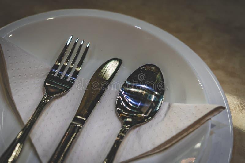 Cucchiai d'argento e forchette dell'articolo da cucina fotografia stock