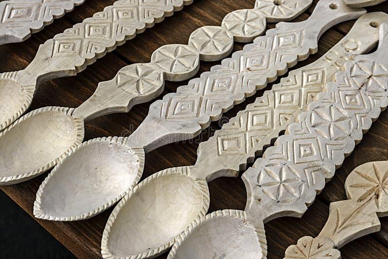 Cucchiai di legno rumeni intagliati immagine stock for Case in legno rumene