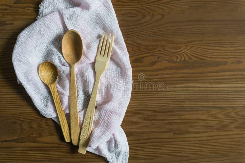 Cucchiai di legno su un fondo d'annata Disposizione piana, vista superiore, spazio della copia fotografie stock