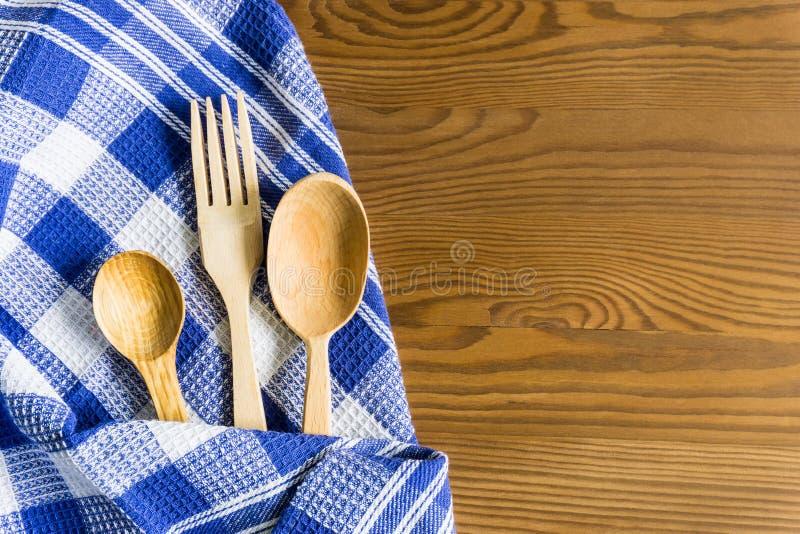 Cucchiai di legno su un fondo d'annata Disposizione piana, vista superiore, spazio della copia fotografie stock libere da diritti