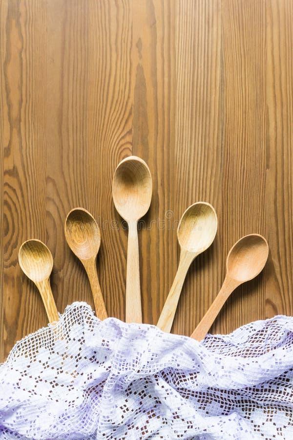 Cucchiai di legno su un fondo d'annata Disposizione piana, vista superiore, spazio della copia immagini stock