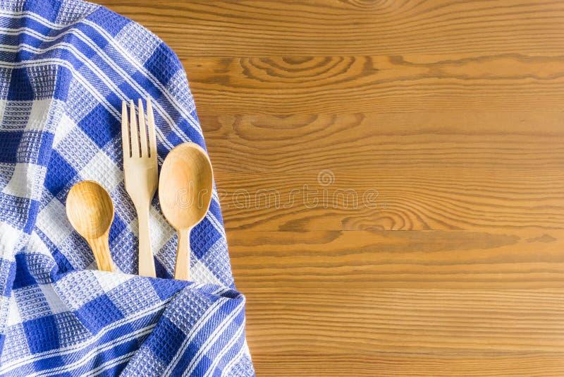 Cucchiai di legno su un fondo d'annata Disposizione piana, vista superiore, spazio della copia fotografia stock libera da diritti