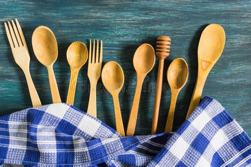 Cucchiai di legno su un fondo d'annata Disposizione piana, vista superiore, spazio della copia fotografia stock