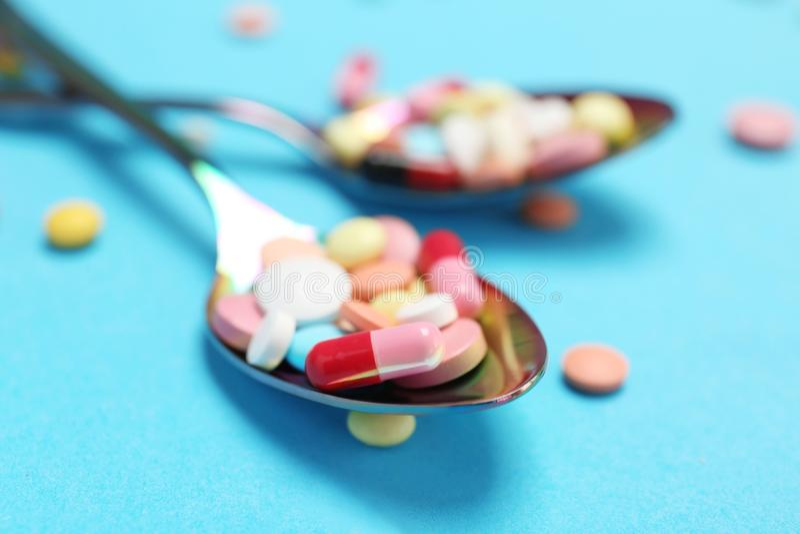 Cucchiai e pillole differenti fotografia stock libera da diritti