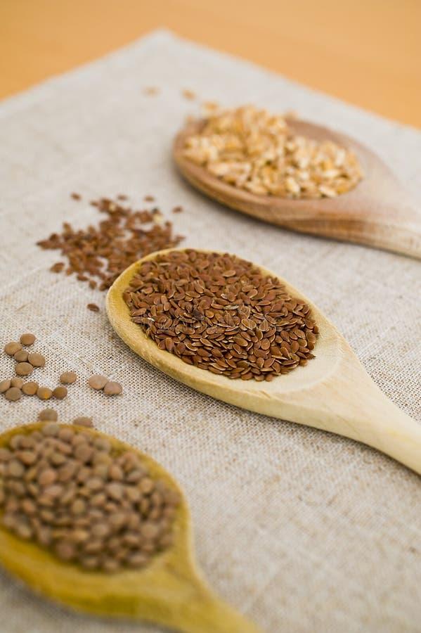 Cucchiai, granulo e legumi immagini stock