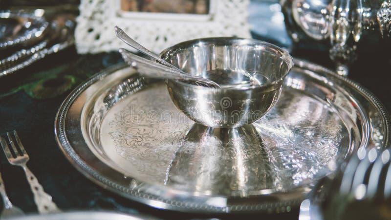 Cucchiaio d'argento sterlina d'annata Mercati delle pulci di Europa e degli elementi d'annata della famiglia Cucchiai d'argento e immagine stock libera da diritti