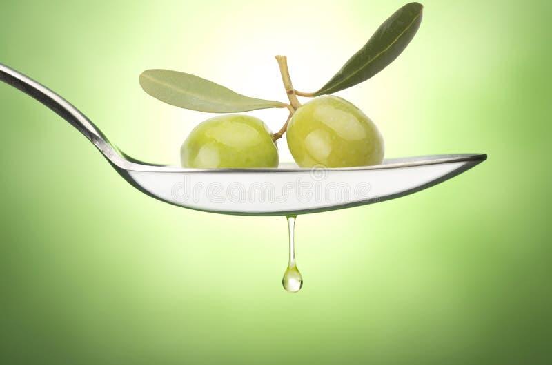 Cucchiaio del ferro con oliva immagini stock
