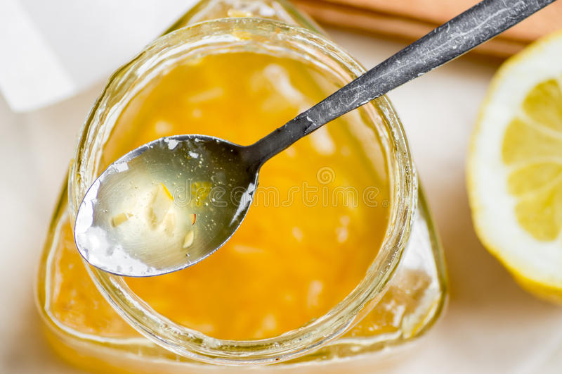 Cucchiaio dell'inceppamento del limone sul barattolo immagini stock libere da diritti