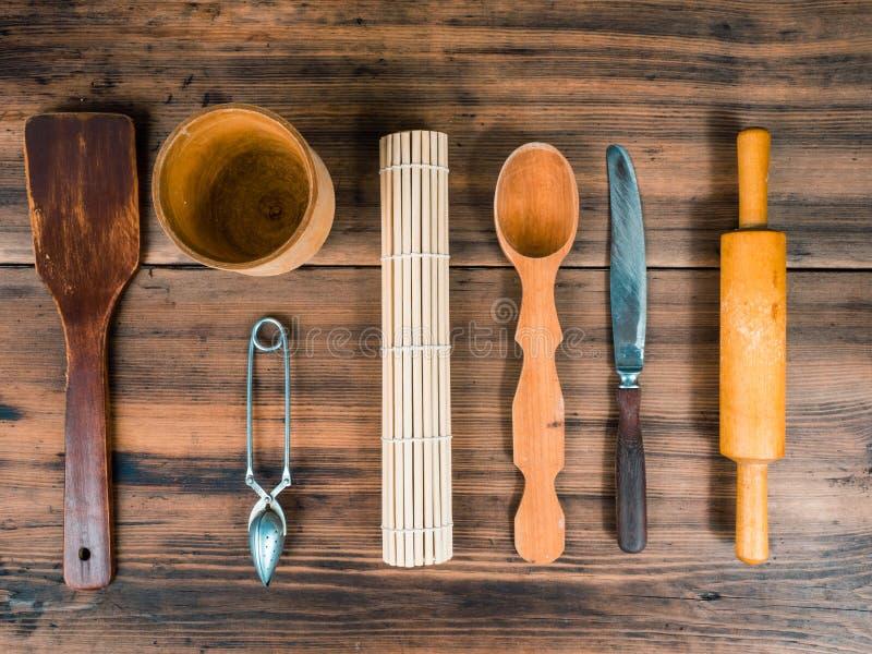Cucchiaio di legno, coltello, matterello, Turco per caffè, tazza di legno e cucchiaio della crema per tè presentato sulla tavola  fotografia stock