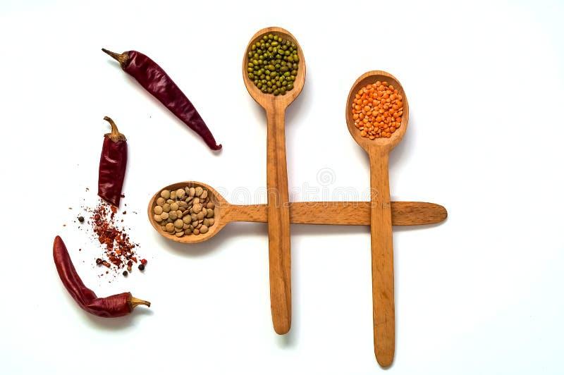Cucchiaio di legno con i cereali crudi isolati su fondo bianco Il concetto dei prodotti biologici dei cereali, dieta sana fotografia stock