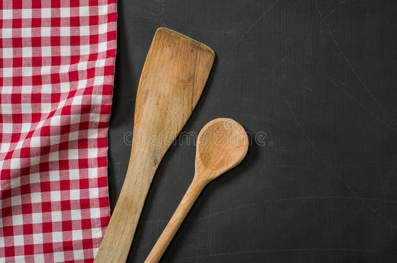 Cucchiaio di legno su una lavagna fotografia stock libera da diritti