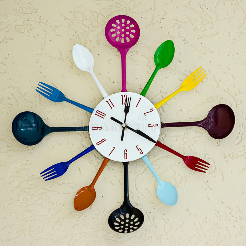 Cucchiaio e forchetta della strega dell'orologio della cucina immagine stock