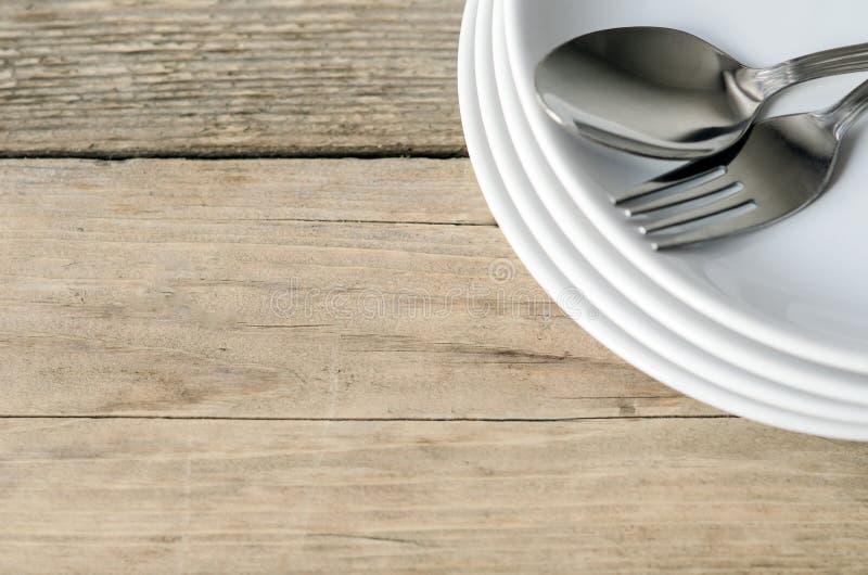 Cucchiaio e forchetta su una zolla immagini stock