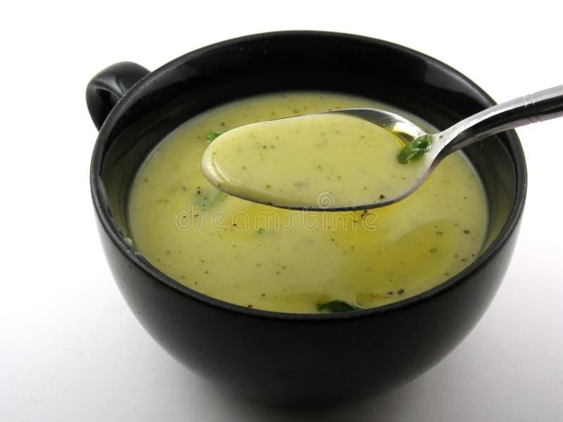 Cucchiaio in pieno di minestra fotografie stock