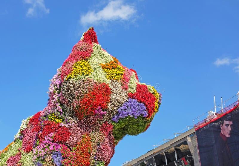 Cucciolo da Jef Koons al Guggenheim a Bilbao fotografie stock