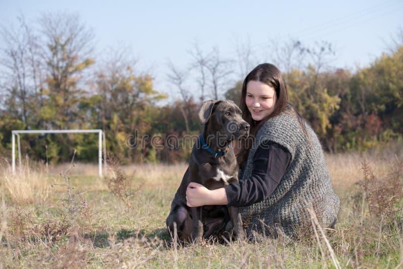 Cucciolo di corso della canna e della ragazza fotografia stock libera da diritti