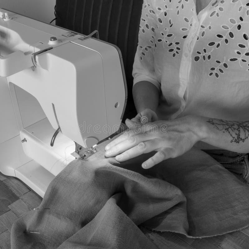 Cucendo con una macchina per cucire fotografia stock libera da diritti