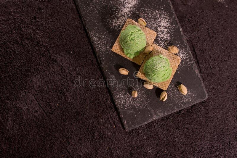 Cuchara de madera con helado del pistacho imagen de archivo libre de regalías