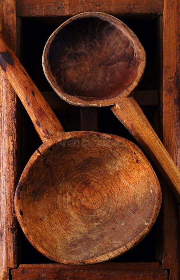 Cuchara de madera de los utensilios retros de la cocina en la caja de madera vieja en s rústico imagenes de archivo