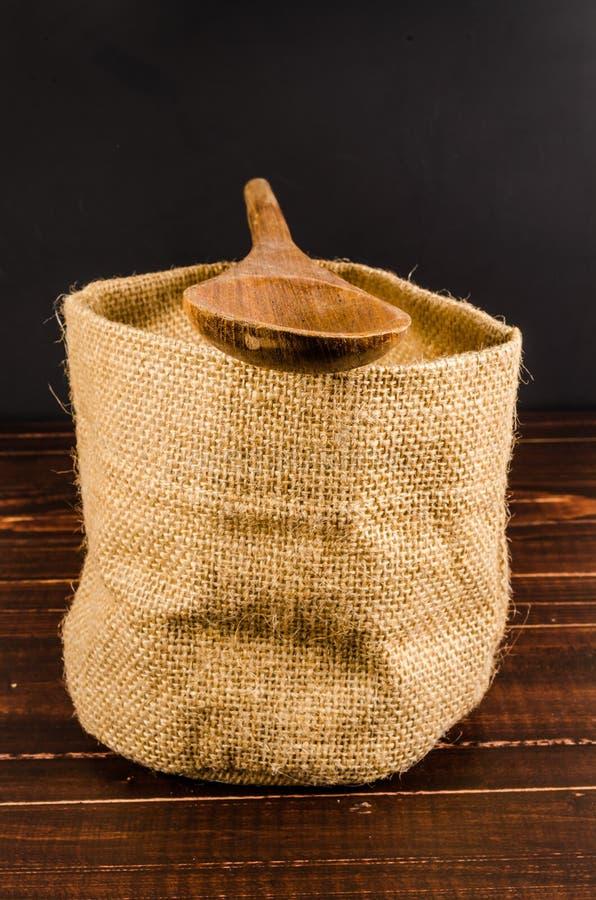Cuchara de madera en bolso vacío del saco fotografía de archivo libre de regalías