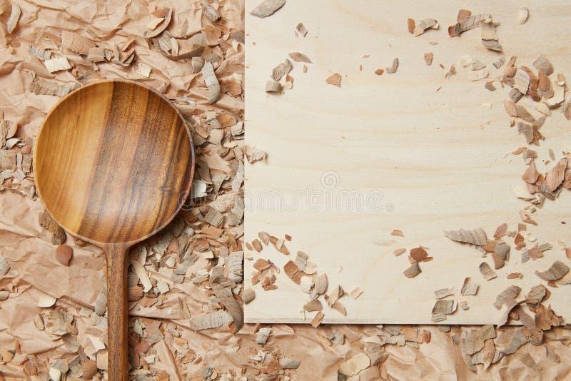 Cuchara de madera en el pergamino fotos de archivo