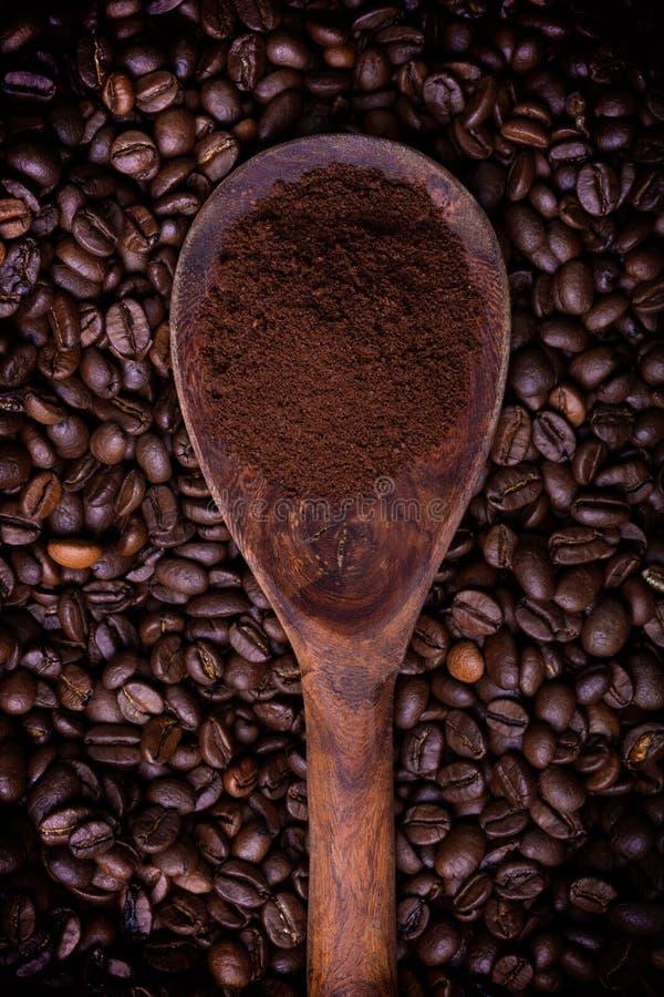Cuchara de madera por completo del polvo del café imagen de archivo