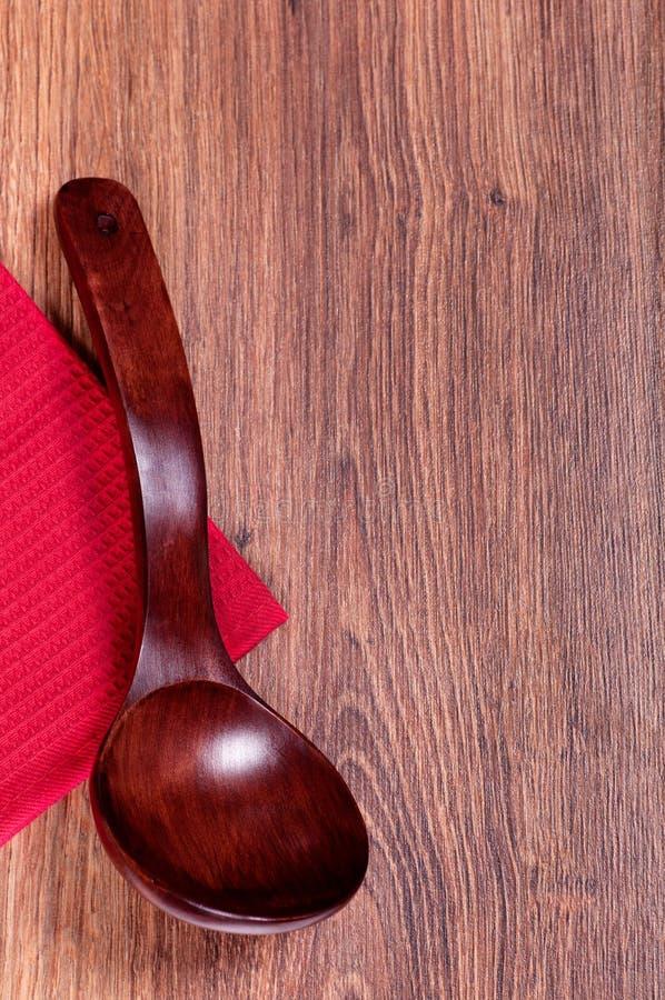 Cuchara de madera roja en una toalla roja fotos de archivo libres de regalías
