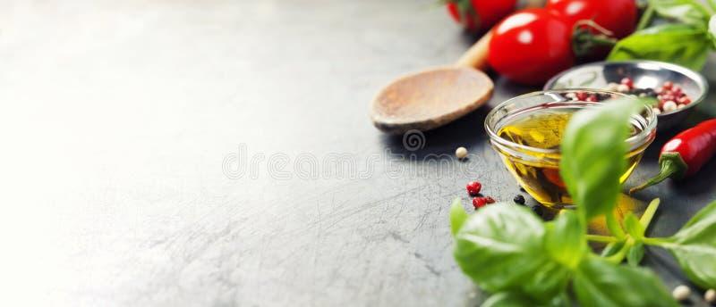 Cuchara e ingredientes de madera en viejo fondo fotografía de archivo libre de regalías
