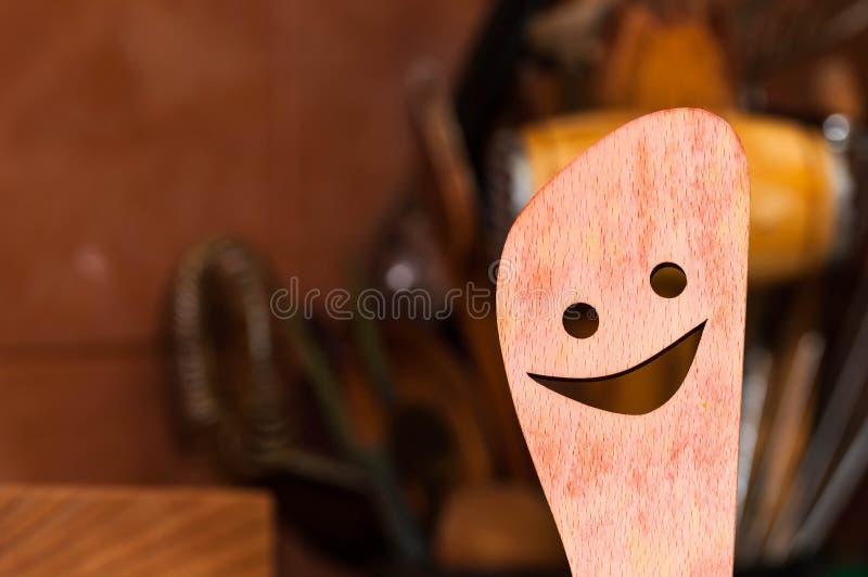 Cuchara tallada, sonriente de la cocina de madera de haya fotografía de archivo