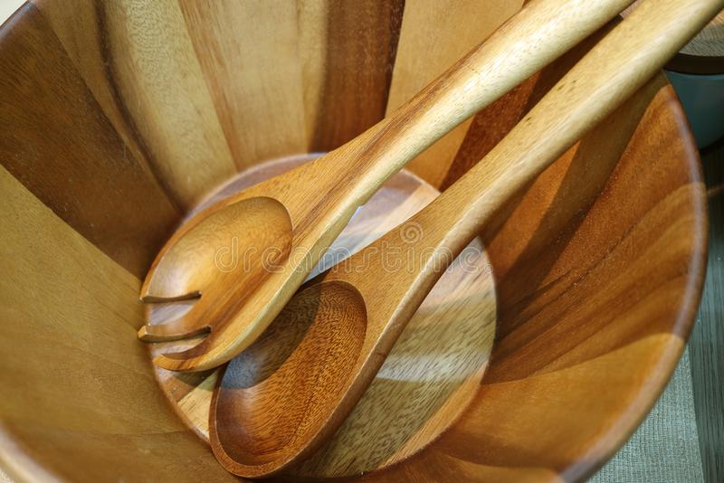 Cuchara y bifurcación de madera del servidor de la ensalada en un cuenco de ensalada de madera fotografía de archivo libre de regalías
