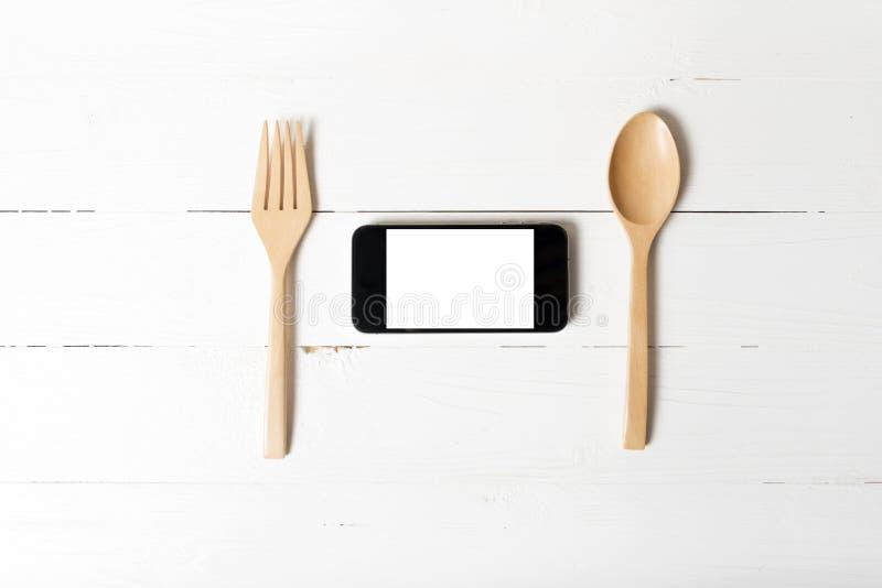 Cuchara y concepto elegante del teléfono que comen al social foto de archivo