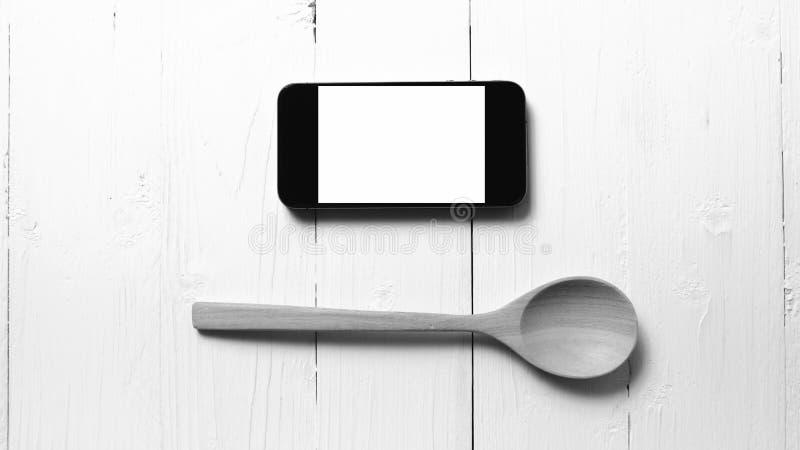 Cuchara y tono blanco y negro social del teléfono de la consumición elegante del concepto foto de archivo
