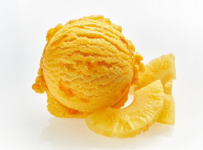 Cucharada anaranjada del helado italiano de la piña foto de archivo