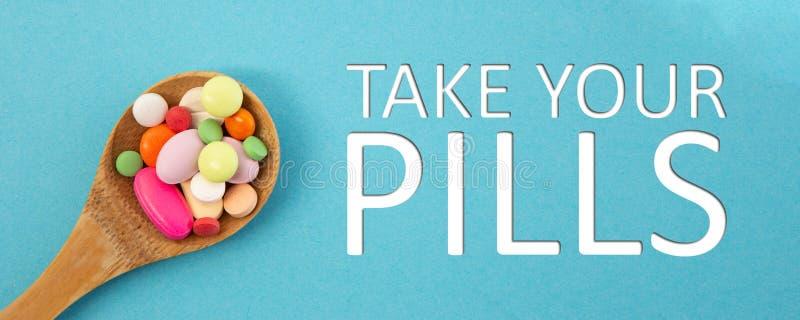 Cucharada de medicina como toma su concepto de las píldoras fotos de archivo libres de regalías