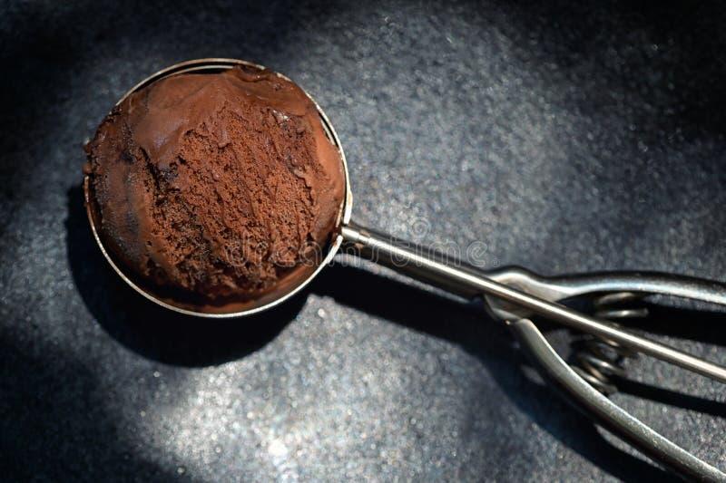 Cucharada del helado de chocolate imagen de archivo