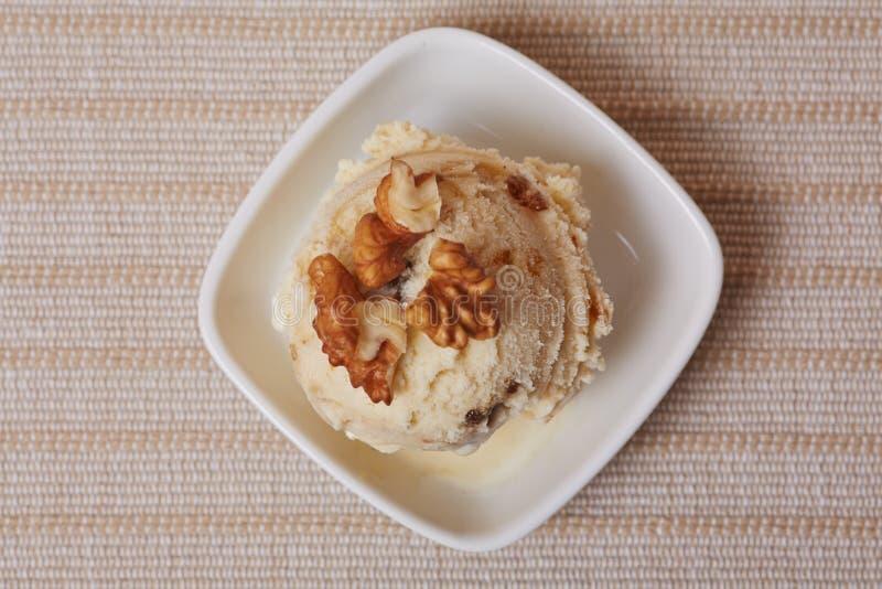 Cucharada del helado hecho en casa de la nuez fotografía de archivo