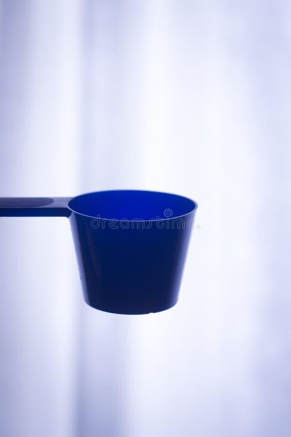 Cucharada del polvo de la proteína de la aptitud fotografía de archivo