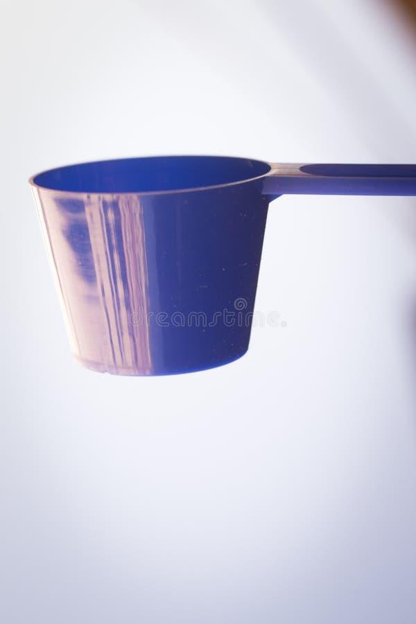 Cucharada del polvo de la proteína de la aptitud foto de archivo