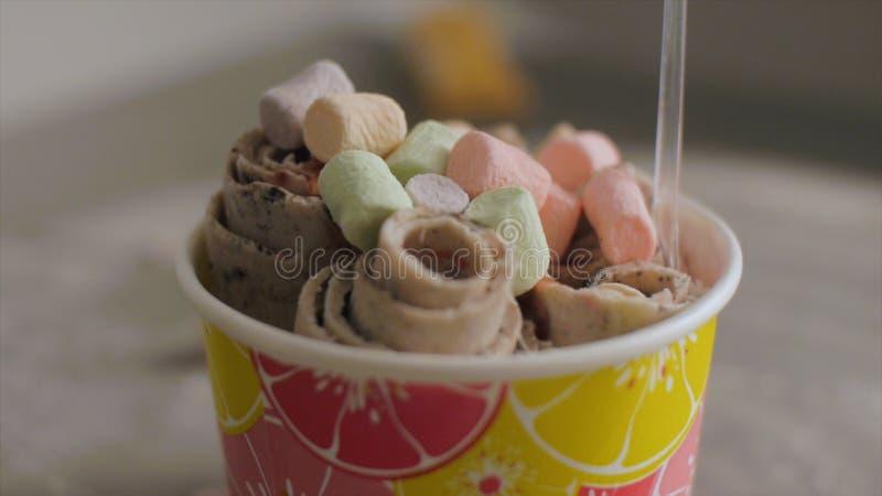 Cucharadas del helado en la tabla, primer clip Vidrio de helado y de dulces fotografía de archivo libre de regalías