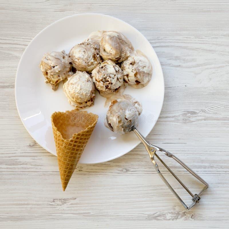 Cucharadas del helado del Tiramisu con el cono dulce de la galleta, visión superior Desde arriba de, endecha plana Primer imágenes de archivo libres de regalías