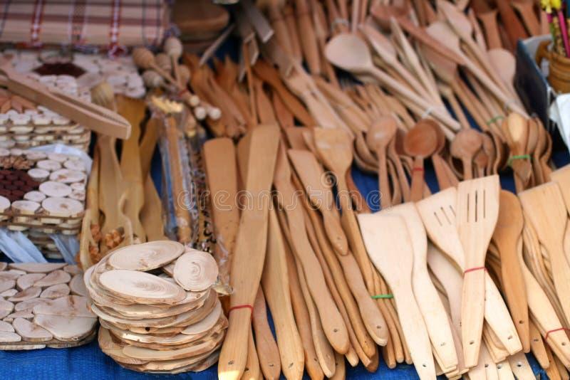 Cucharas de madera, bifurcaciones y diversos utensilios de la cocina foto de archivo libre de regalías