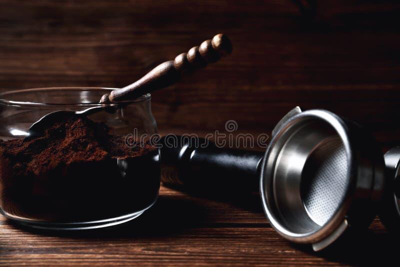 cucharita de café de madera del portofilter del genio en el primer marrón de madera natural del fondo imagen de archivo
