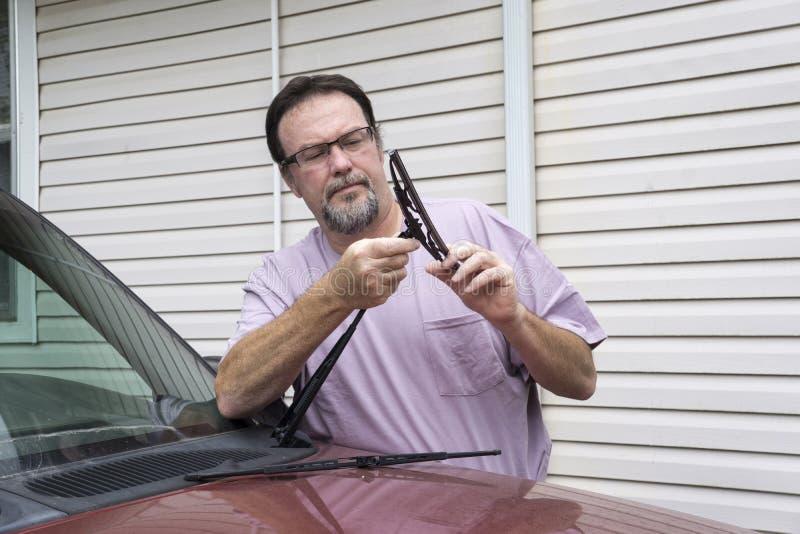 Cuchilla de Putting New Wiper del mecánico en el camión fotos de archivo